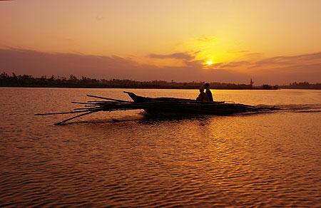Lumière du Soleil couchant sur la rivière Thu Bon