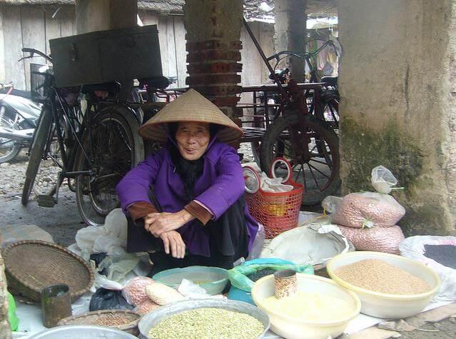 Une grand-mère avec son stand d'épices