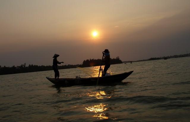Les pêcheurs tirent leurs filets sur la rivière Thu Bon