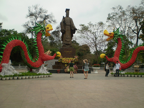 Statue du roi Ly Thai To en face du lac Hoan Kiem.