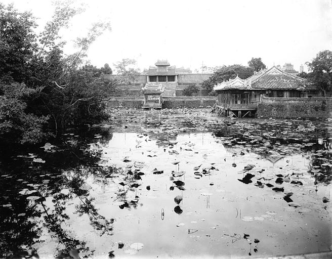 Bassin devant le tombeau