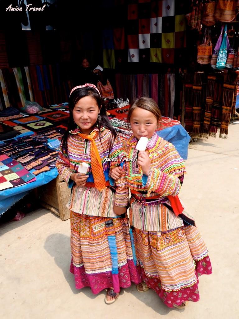 Des fillettes en costume traditionnelle au marché de Bac Ha