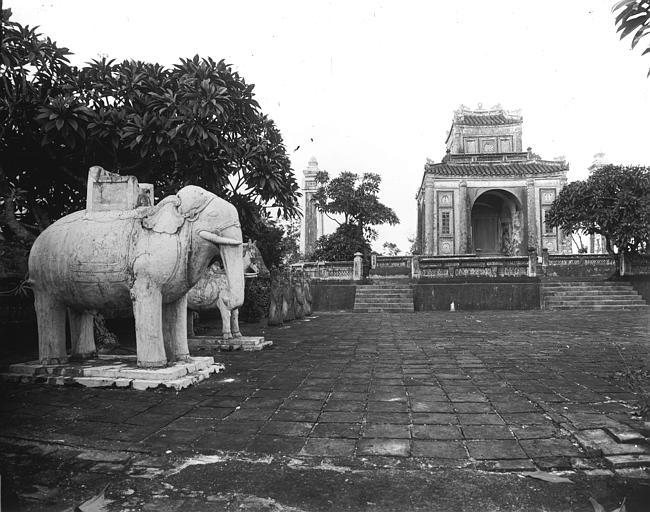 Eléphants et chevaux de marbre devant le tombeau de Tu Duc