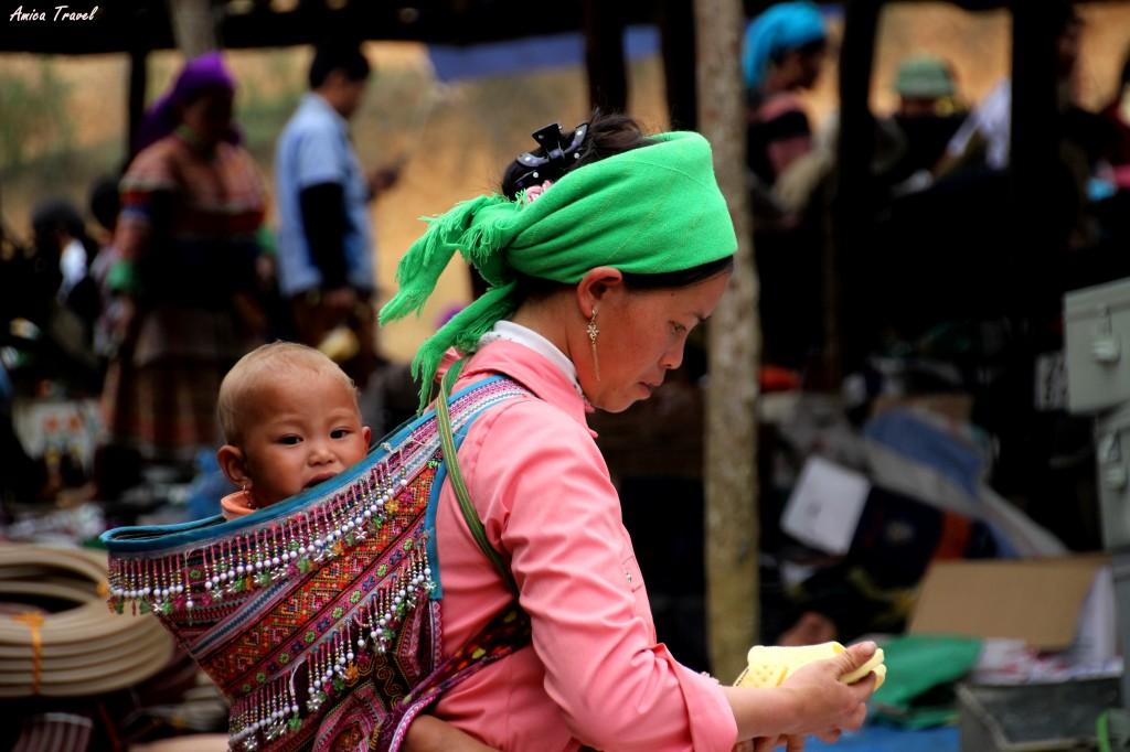 Jeune Hmong et son enfant au marché de Coc Ly
