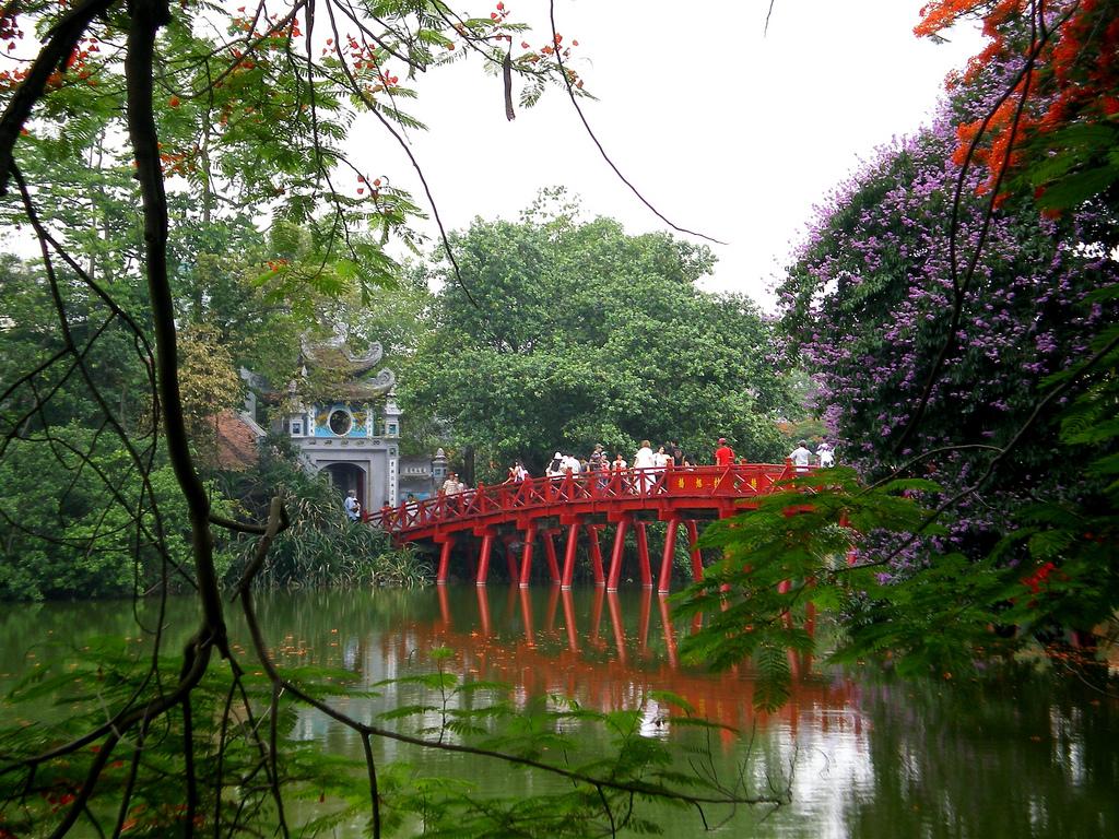 Temple Ngoc Son et le pont du soleil levant