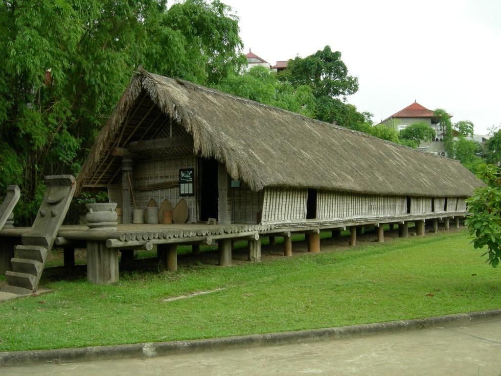 La maison longue des E-de dans le musée d'Ethnologie