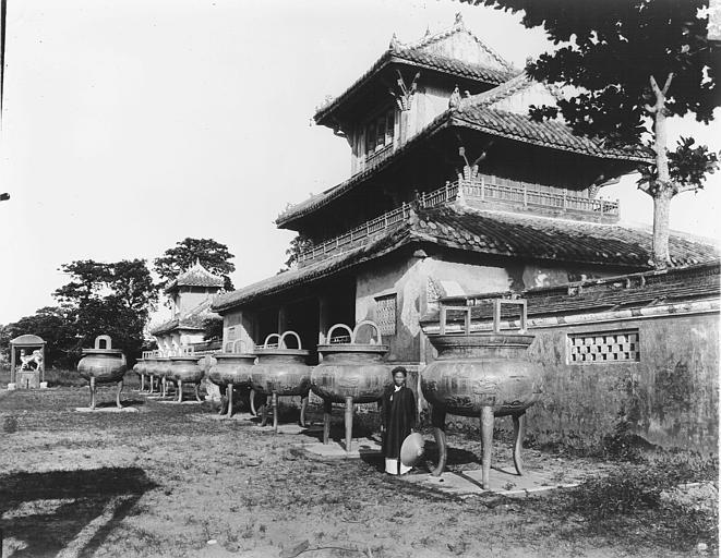 Urnes de bronze de Gia Long, devant la pagode de Gia Long, dans le palais royal
