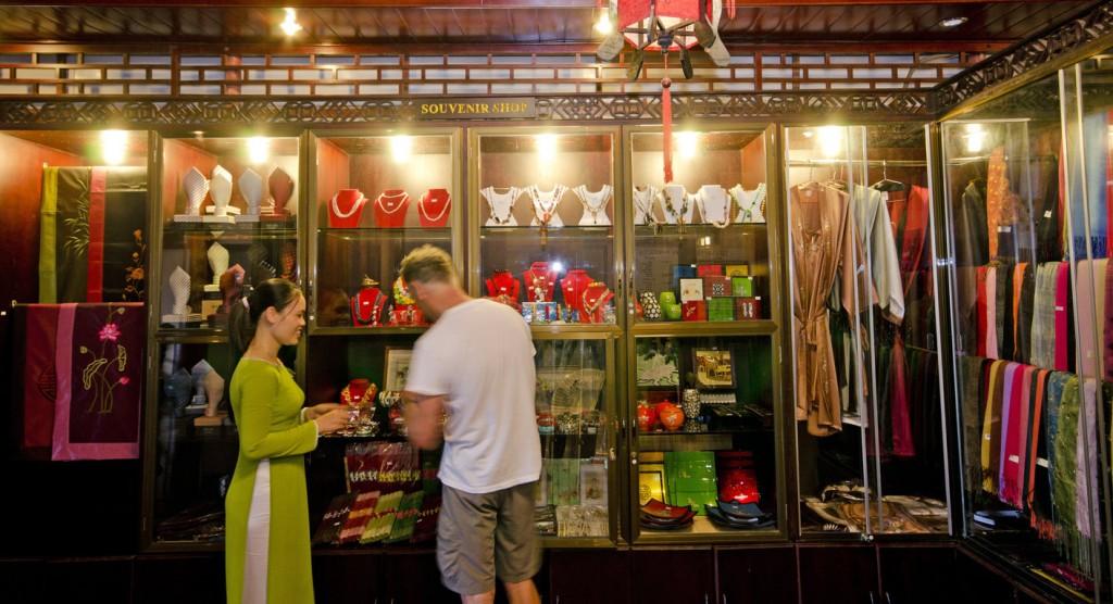 Une boutique de souvenirs à Saigon