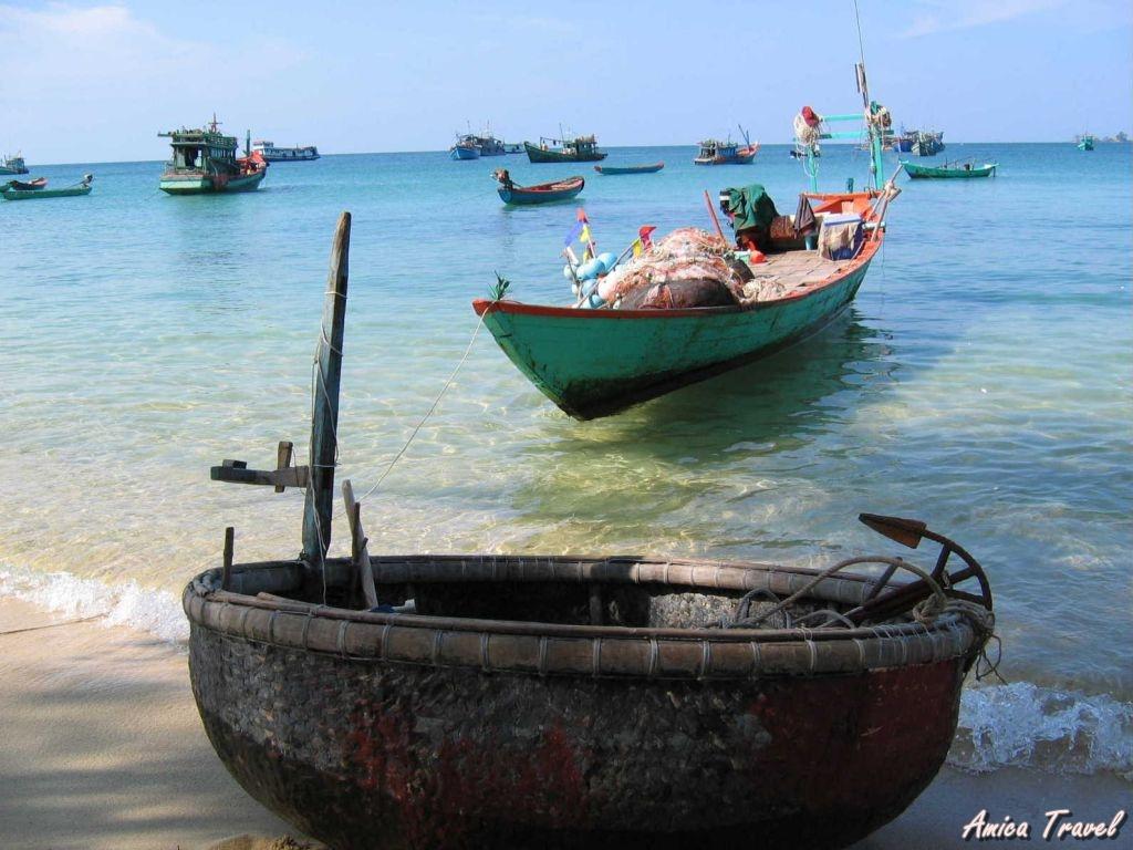 Les petits bateaux de pêche à Phu Quoc