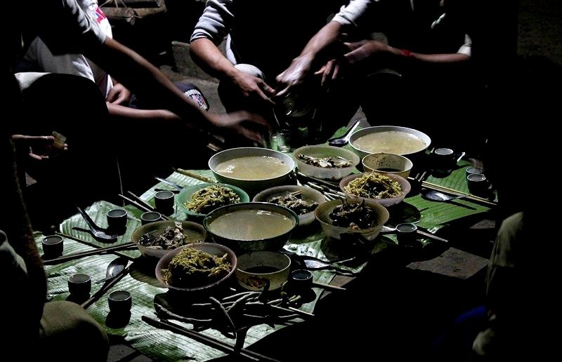 Un repas lao avec les habitants locaux