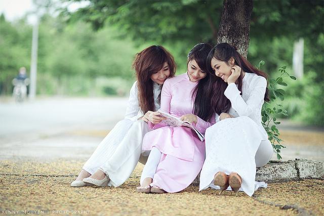 Le ao dai est l'uniforme des lycéennes et étudiantes vietnamiennes