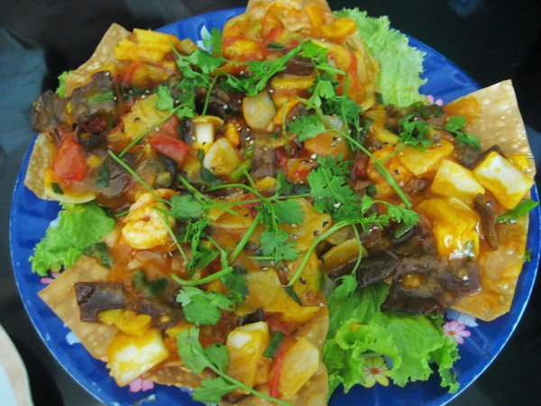 Hoanh thanh ou wontons (raviolis frits au crabe, tomates et oignons)