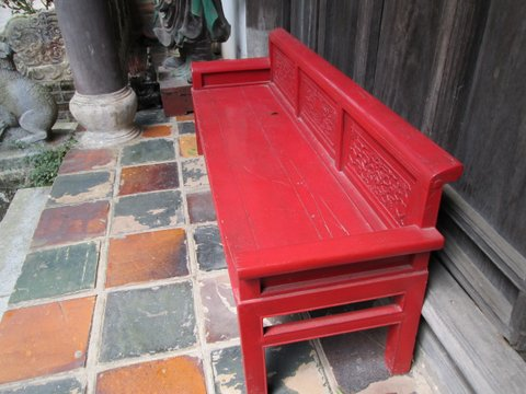 La chaise rouge devant la maison ancienne