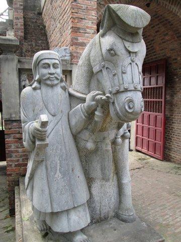 Les statues à l'entrée du palais