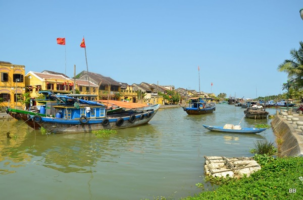 La très charmante ville de Hoi an, située dans la province de Quảng Nam, à trente kilomètres au sud de Đà Nẵng, sur la rivière Thu Bồn. Elle compte environ 120 000 habitants. La vieille ville de Hội An a été inscrite au patrimoine mondial de l'UNESCO le 4 décembre 1999. Jadis, Hội An était appelée Faifo en français, nom d'usage officiel pendant la période coloniale.