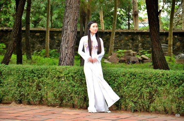 Hué, les jardins de la pagode de la Dame Céleste, une jeune mariée en tenue traditionnelle, la ao dài.