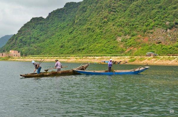 Parc National de Phong Nha-Ke Bang (UNESCO), promenade sur la rivière Son, pêcheurs d'algues.