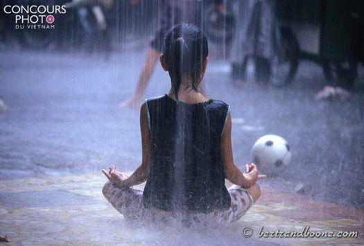 Zen attitude dans les rues de Hô-Chi-Minh-Ville lors d'une grosse averse.