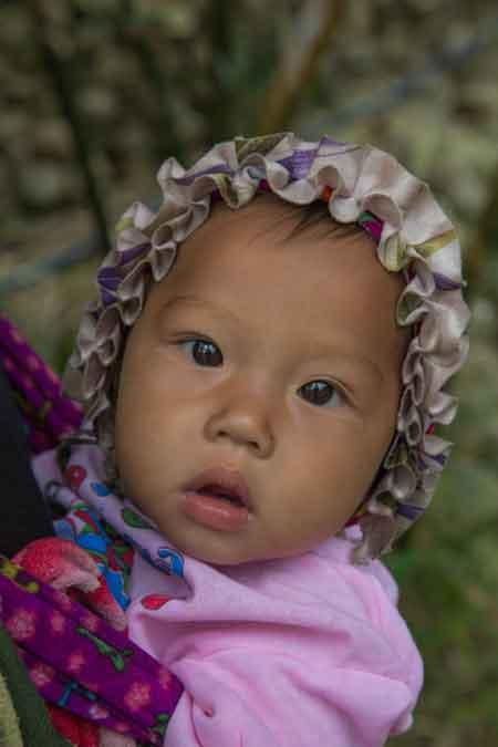bebe vietnamien sur le dos de sa maman