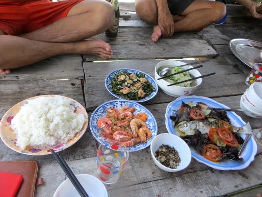 repas-de-fruits-de-mer-avec-famille-de-pecheur-lang-co-vietnam