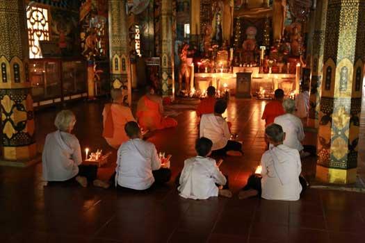 Cérémonie bouddhiste dans une pagode