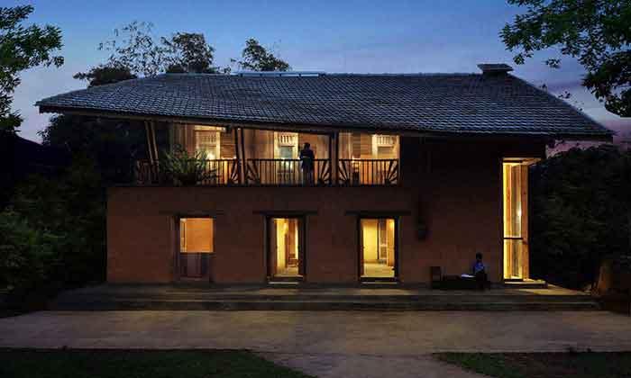 La maison communale à l'architecture surprenante