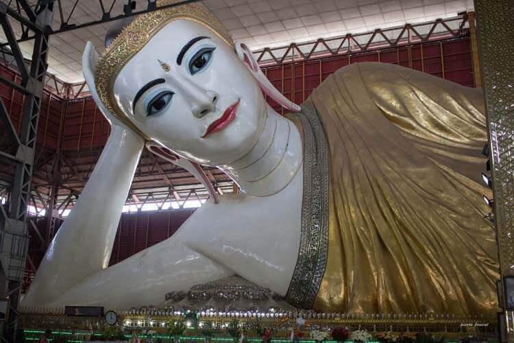 La statue du Bouddha qui s'allonge