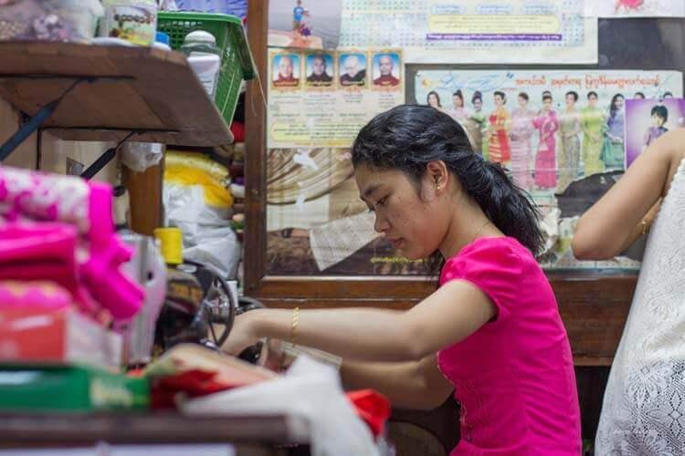 Couturière dans le marché