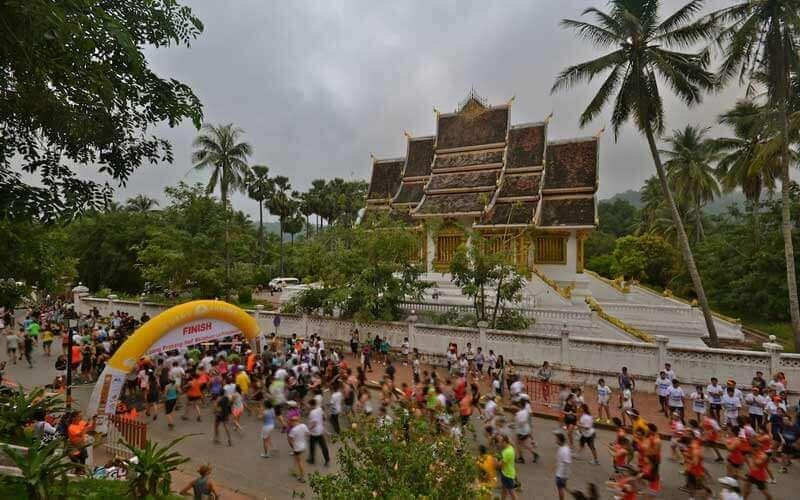 départ et arrivée au pied du scintillant temple Wat Ho Prabang